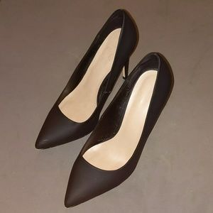 Classic matte black pointed toe heel 7.5